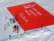 Самое большое Знамя Победы развернуто на Северном полюсе